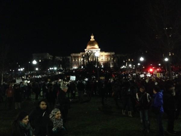 Manifestanti si riuniscono alla State House nel parco di Boston Common. Foto di Ellery Roberts Biddle.