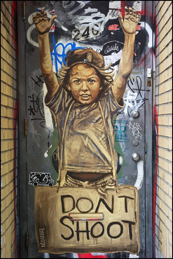 Graffito a Brooklyn, New York a sostegno delle proteste di Ferguson, Missouri. Foto di Damien Derouene su Flickr.