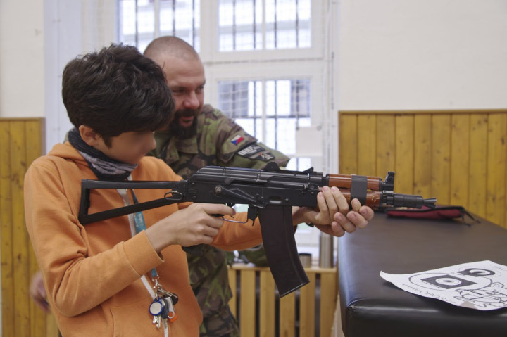 armi-a-scuola-faccia-oscurata-1-720x479