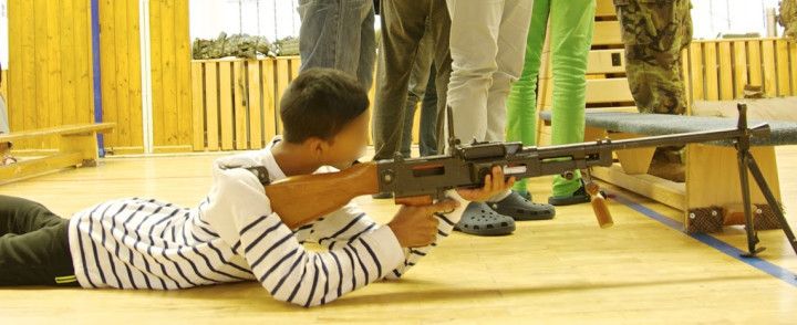 armi-a-scuola-faccia-oscurata-2-720x294