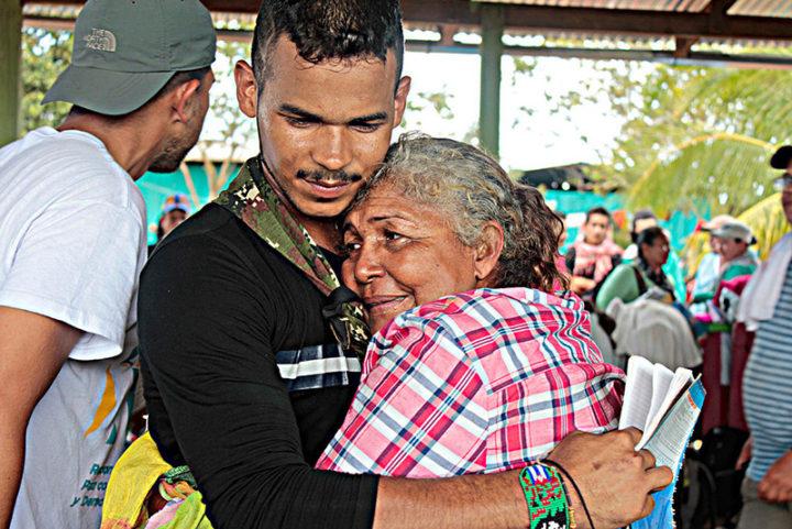 Familiares separados por la guerra se reencuentran. Foto Mariana Ghirello