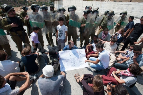 Palestina: Protesto de Ativistas Internacionais contra a construção do Muro do Apartheid