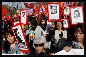 Marcha hacia el memorial de los detenidos desaparecidos y ejecutados políticos durante la dictadura de Pinochet
