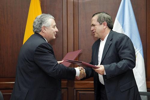 Argentina y Ecuador suscriben compromiso mayor con la democracia