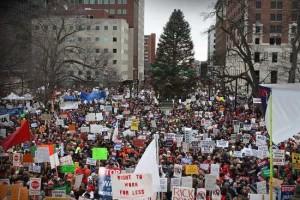 Dans le Michigan, des milliers de personnes manifestent contre des lois antisyndicales promulguées par le gouvernement