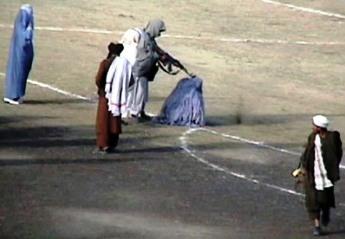 Taliban_execute_Zarmeena_in_Kabul_in1999