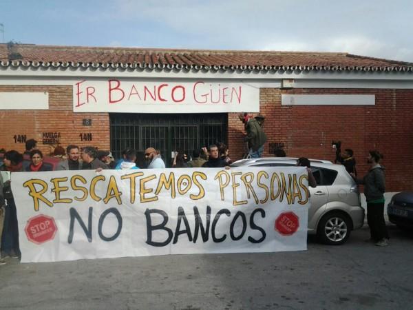 Vecinos de la Palmilla convierten una oficina bancaria abandonada en comedor social