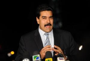 Chávez continuará na presidência e posse será adiada, diz vice