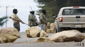 Comuneros de Urapicho reinstalan barricadas por abandono de fuerzas federales