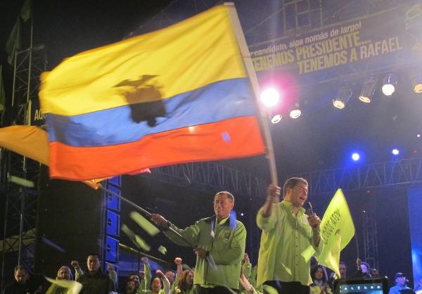Ao finalizar campanha, Correa pede maioria no congresso para 'sepultar' oposição