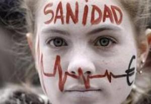 """Una treintena de personas ocupa la Fundación Jiménez Díaz para denunciar el """"expolio"""" de la sanidad"""