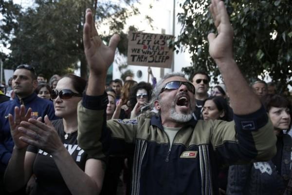 Cipro: continuano le proteste, mentre la crisi economica si aggrava