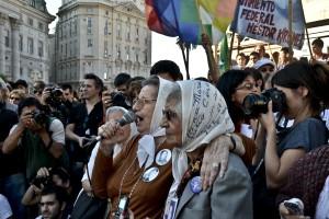Fotorreportaje:  Homenaje por los 36 años de las rondas de Madres de Plaza de Mayo.