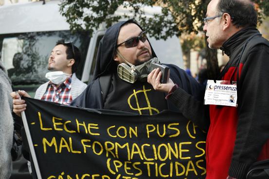 Rechazo al genocidio  alimenticio de Monsanto con masiva movilización en paseo Ahumada de Santiago.