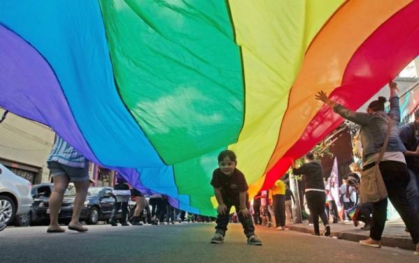 Centenas de pessoas participam da Caminhada Lésbica em São Paulo
