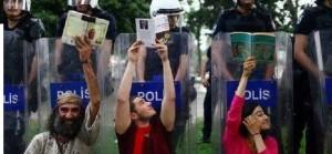 Se loro sradicano alberi nel presente, noi gli leggiamo le pagine per un futuro migliore