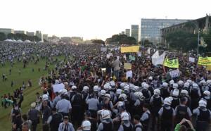 No Brasil, as manifestações continuam em diversas cidades, a maioria vai aos palácios dos governantes