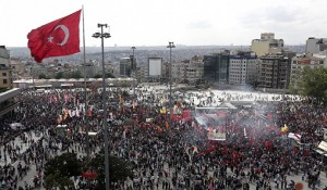Polícia turca prende mais de cem pessoas e investiga atuação da imprensa