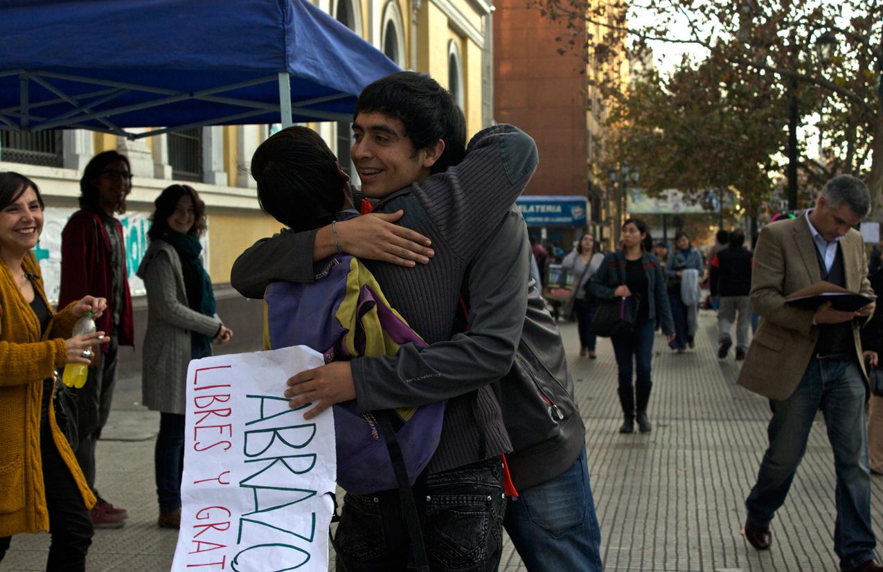 universidad-en-toma-abrazos