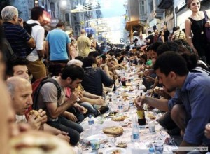 Miles de personas protestaron en Turquía rompiendo el ayuno en el primer día de Ramadán