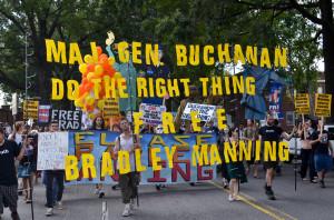 Dimostranti chiedono al generale di divisione Buchanan di liberare Bradley Manning
