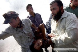 Luchan cuerpo a cuerpo los seguidores y opositores de Mursi