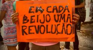 Beijaço Gay e Desbatismo na visita do Papa ao Brasil denunciam discriminação e atentado ao Estado Laico