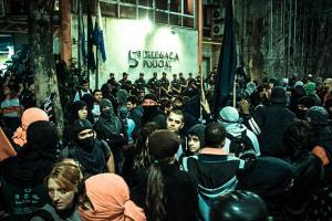 Manifestantes cercam delegacia para pedir libertação de jovem no Rio