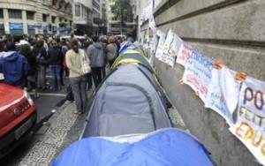 Professores do Rio protestam acampados em área da Casa Legislativa