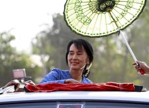 Líder oposicionista birmanesa recebe na França prêmio outorgado há 23 anos