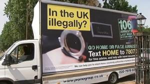 Polemiche con il governo britannico per le minacce agli irregolari con un sms