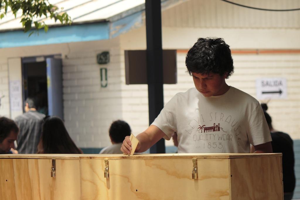 joven votando chile