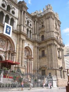Baci davanti alla cattedrale di Malaga contro l'omofobia religiosa
