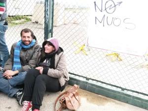 Niscemi: innalzata la terza parabola, attivisti incatenati al cancello della base americana