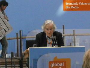 """Noam Chomsky: """"I padroni dell'umanità hanno ucciso l'Europa"""""""