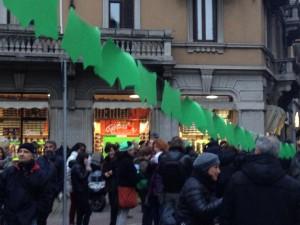 Mutande verdi in via Padova a Milano