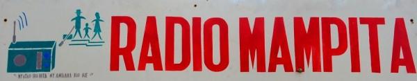 I microfoni di Radio Mampita per i contadini di un altopiano del Madagascar