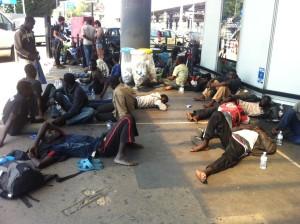 Migranti abbandonati alla stazione di Rogoredo a Milano