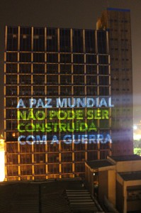 Coletivo propõe projeção simultânea em espaços públicos para amplificar demandas populares