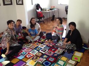 Tricotando por Valparaíso mostra mantas prontas para os desabrigados no Chile
