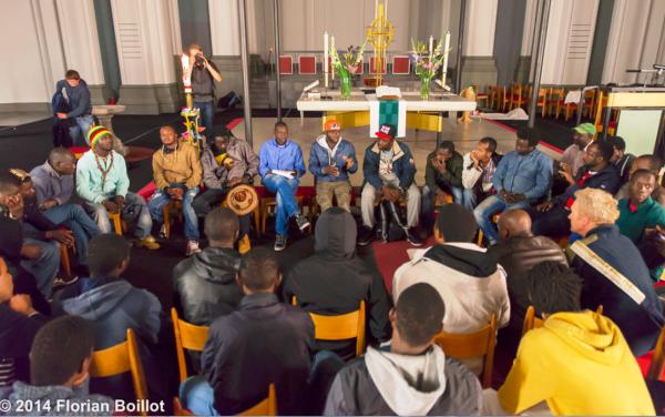 Refugees verlassen die St. Thomas Kirche und erhalten durch die Kirche Schlafplätze
