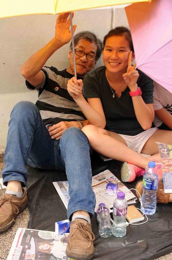 8-Papá-daugher-protesters.-Hong-Kong-Nacional-día.-Foto-by-Steven-Knipp-pequeño1
