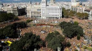 Milhares vão às ruas exigir eleições antecipadas na Catalunha