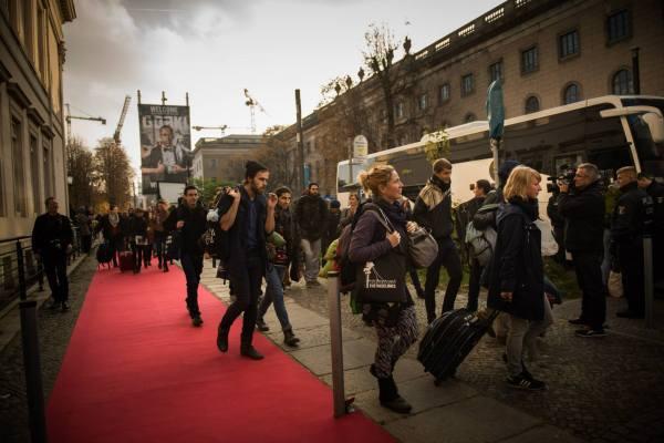 Die Busse werden bestiegen. Foto: www.europaeischer-mauerfall.de