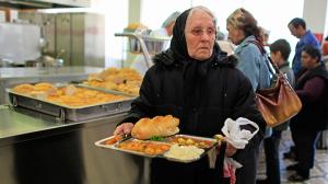 Un millón de ancianos británicos malnutridos tras recorte de comidas a domicilio por parte de ayuntamientos