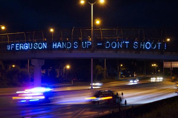 """""""Messaggio riflesso sul traffico"""" a Ferguson, Missouri. Foto di Light Brigading su Flickr."""