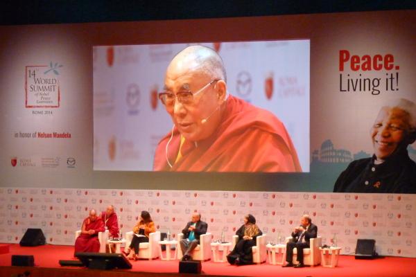Summit Nobel per la Pace: interviene il Dalai Lama