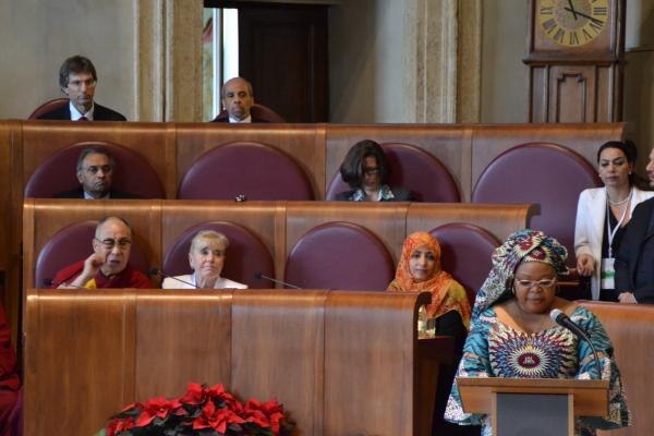 Leymah Gbowee legge la Dichiarazione Finale del Summit