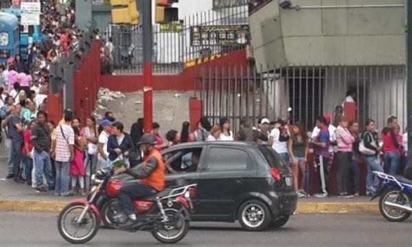 Tout ce que vous avez toujours voulu savoir sur les files d'attente au Venezuela sans jamais oser le demander