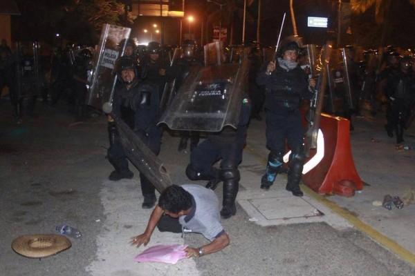 Dura repressione della polizia contro gli insegnanti